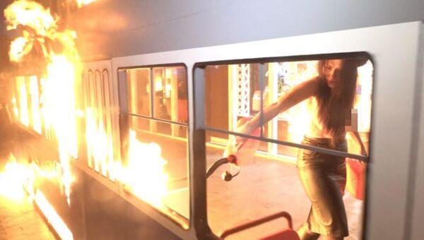 Активистка Femen подожгла игрушечный трамвайчик у магазина Roshen в Виннице