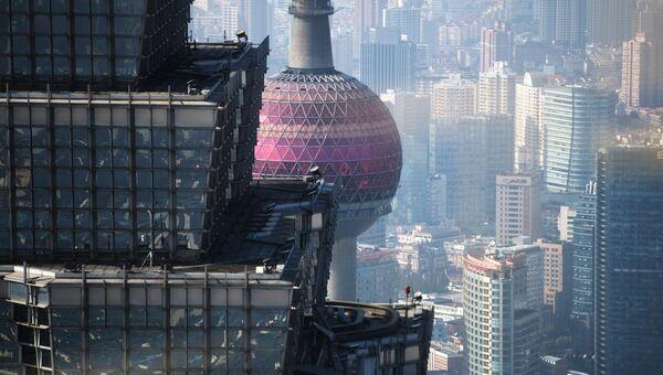 Башня Цзинь Мао и телебашня Восточная жемчужина в районе Пудун в Шанхае