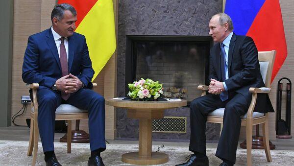 Президент РФ Владимир Путин и президент Южной Осетии Анатолий Бибилов (слева) во время встречи.