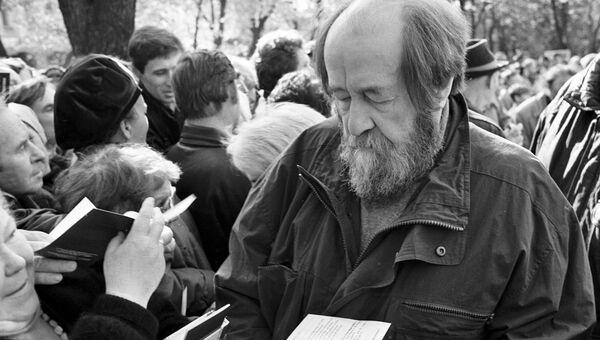 Писатель Александр Солженицын дает автографы на открытии памятника Сергею Есенину. Архивное фото
