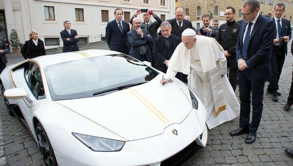 Папа Римский Франциск и автомобиль Lamborghini, подаренный ему производителем. 15 ноября 2017