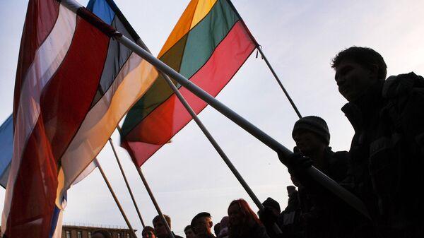 Люди с флагами Латвии, Эстонии и Литвы