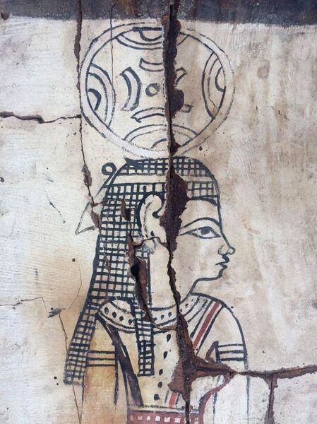 Фрагмент расписного деревянного саркофага в котором была найдена мумия в Фаюмском оазисе