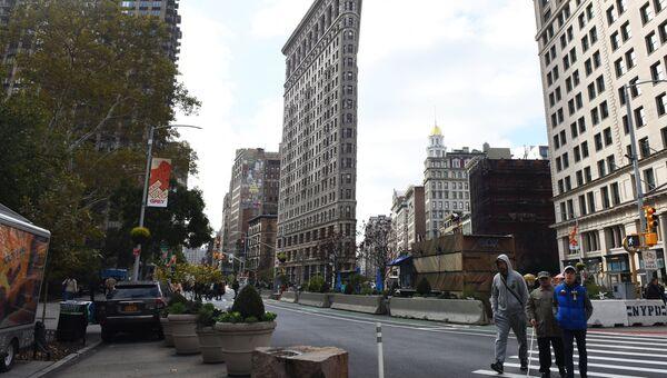 Флэтайрон-билдинг на месте соединения Бродвея, Пятой авеню и восточной 23-й улицы в Нью-Йорке