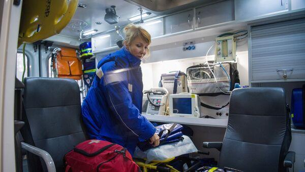 Медик в машине на подстанции скорой и неотложной медицинской помощи