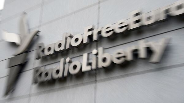 """Вывеска на здании штаб-квартиры Радио """"Свободная Европа""""/Радио """"Свобода"""" в Праге"""