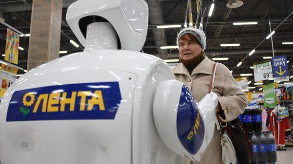 Робот-промоутер Promobot V.2 общается с покупательницей. Архивное фото