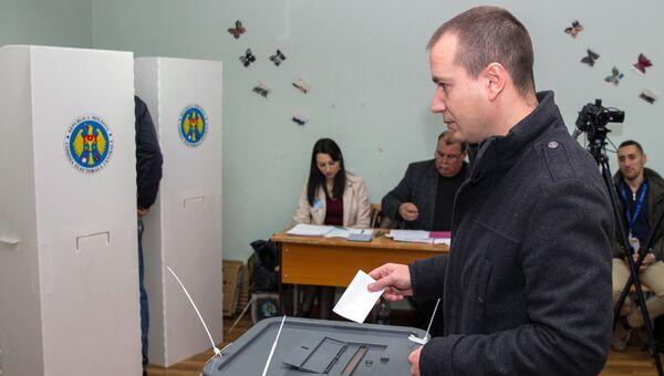 Житель Кишенева во время голосования на референдуме по отставке Дорина Киртоакэ с поста мэра Кишинева. 19 ноября 2017