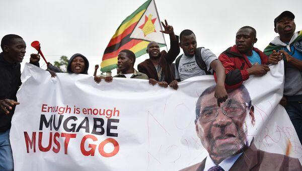 Участники демонстрации в Хараре требуют отставки президента Зимбабве Роберта Мугабе. Архивное фото