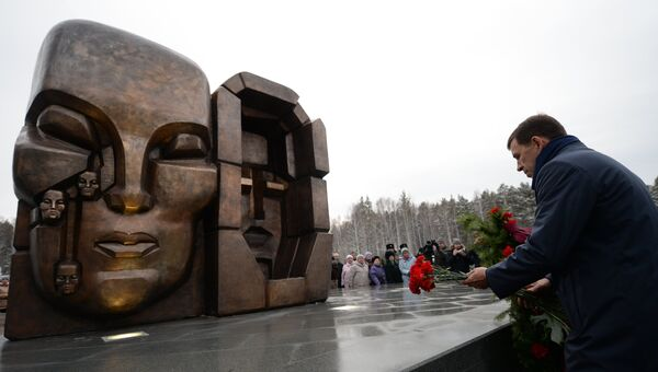 Губернатор Свердловской области Евгений Куйвашев возлагает цветы на торжественной церемонии открытия скульптурной композиции Эрнста Неизвестного Маски скорби. 20 ноября 2017