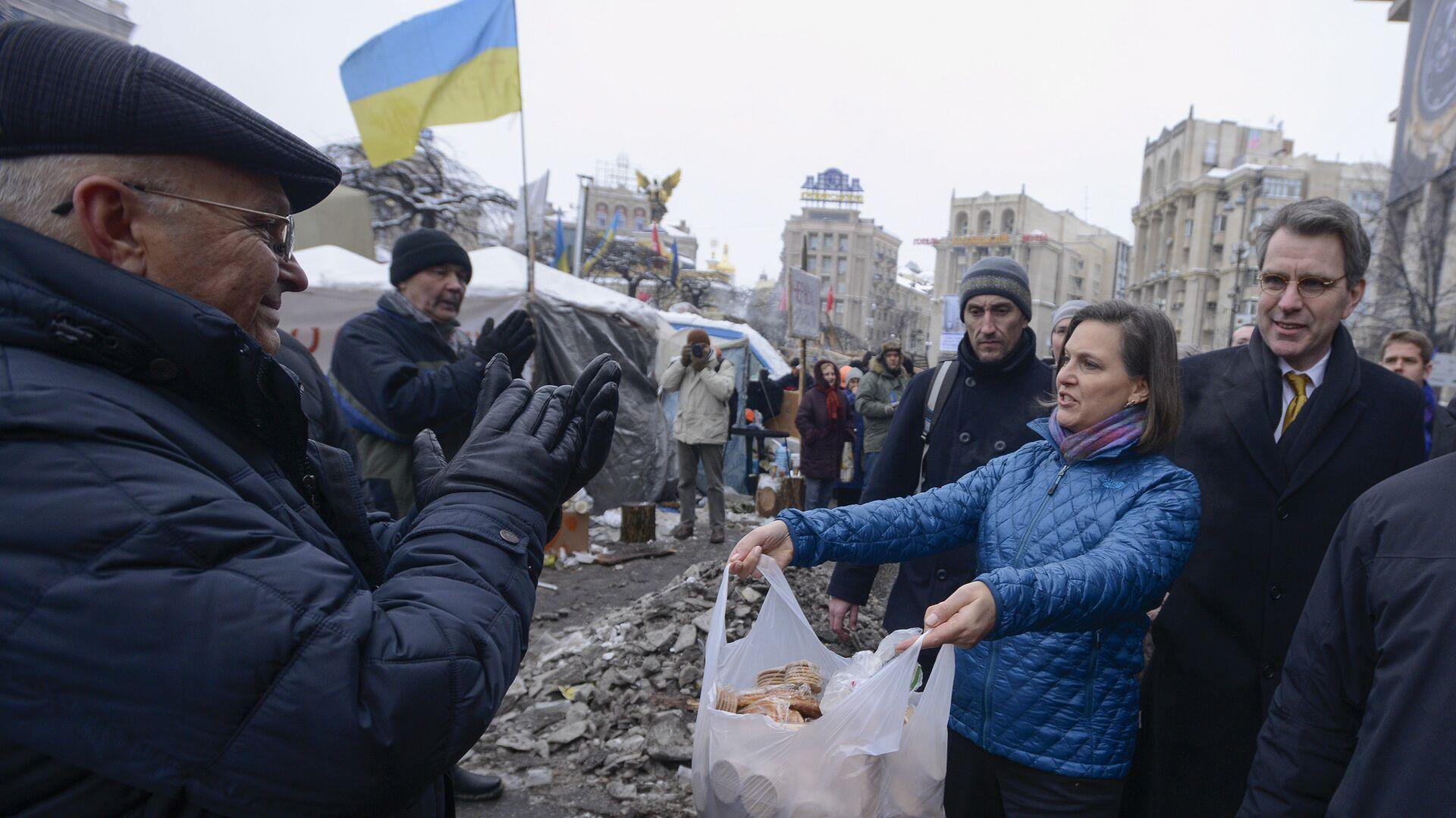Заместитель госсекретаря США Виктория Нуланд и посол США в Украине Джеффри Пайетта на площади Независимости в Киеве. 11 декабря 2013 - РИА Новости, 1920, 05.05.2021