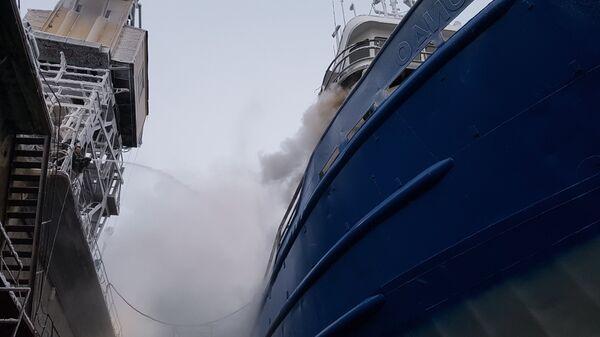 В Охотском море загорелся траулер с десятками моряков на борту - РИА НОВОСТИ