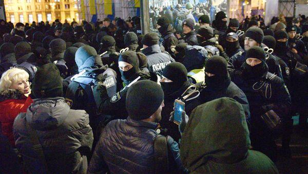 Сотрудники полиции и участники во время акции в Киеве, посвященной годовщине начала событий на Майдане. 21 ноября 2017