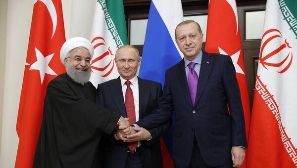 Владимир Путин, президент Ирана Хасан Рухани и президент Турции Реджеп Тайип Эрдоган во время встречи. Архивное фото