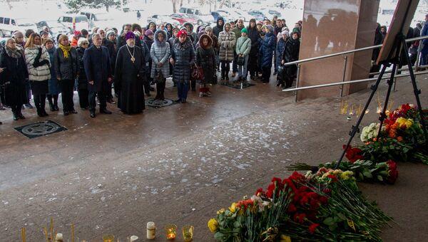 Жители Красноярска возлагают цветы в память об оперном певце Дмитрии Хворостовском