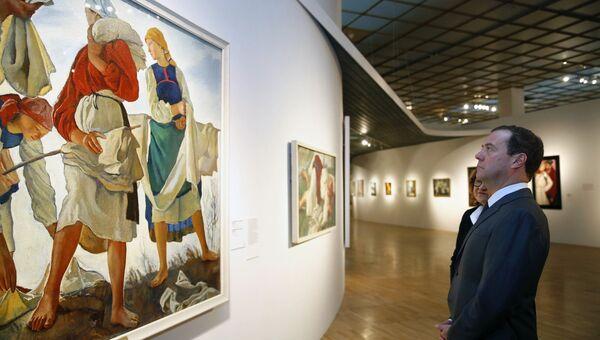Дмитрий Медведев и директор Государственной Третьяковской галереи Зельфира Трегулова во время осмотра экспозиции Некто 1917 в Третьяковской галерее на Крымском валу. 27 ноября 2017