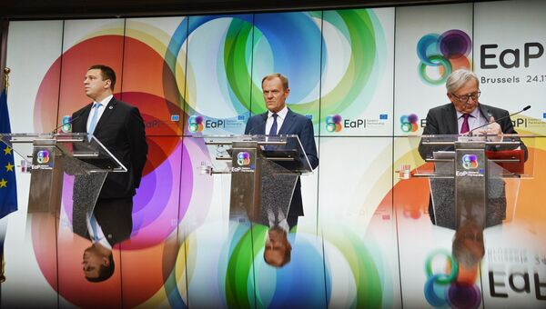 Премьер-министр Эстонии Юри Ратас, председатель Европейского совета Дональд Туск и председатель Европейской комиссии Жан-Клод Юнкер на итоговой пресс-конференции по завершении 5-го Саммита Восточного партнерства в Брюсселе