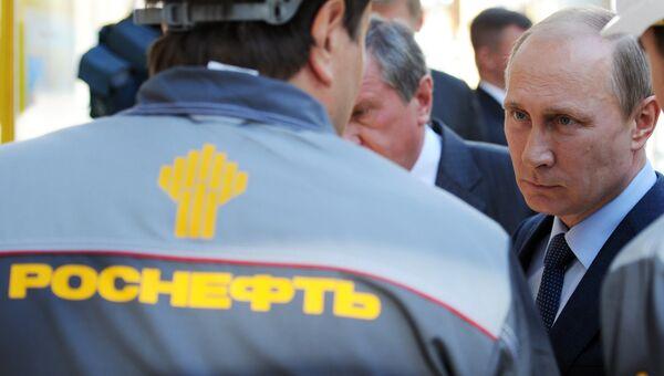 Президент России Владимир Путин во время посещения Туапсинского НПЗ Роснефти. Архивное фото