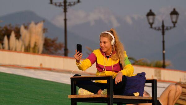 Девушка в Сочи со смартфоном в руках. Архивное фото