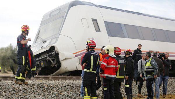 Спасатели возле пассажирского поезда, который сошел с рельсов в испанском регионе Андалусия. 29 ноября 2017