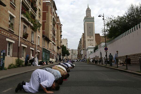 Мусульмане во время пятничной молитвы на одной из улиц Парижа