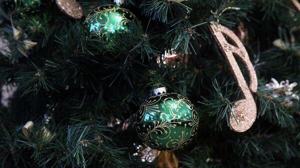 Украшения на елке. Архивное фото