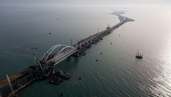 Арки автомобильного и железнодорожного пролетов строящегося Крымского моста над центральным фарватером в Керченском проливе. 3 декабря 2017