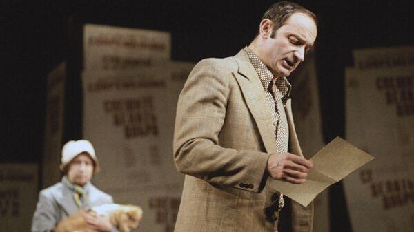 Актер Валентин Гафт в роли Горелова в спектакле Спешите делать добро