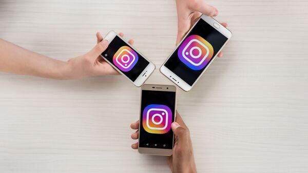 Телефоны с логотипами приложения Instagram