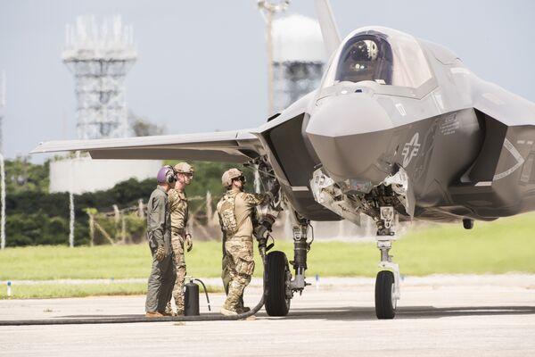 Самолет F-35 ВВС США на авиабазе Кадена в Японии