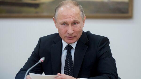 Президент РФ Владимир Путин во время встречи с инвалидами и представителями общественных организаций и профессиональных сообществ, оказывающих содействие инвалидам, в Российской государственной специализированной академии искусств (РГСАИ). 5 декабря 2017