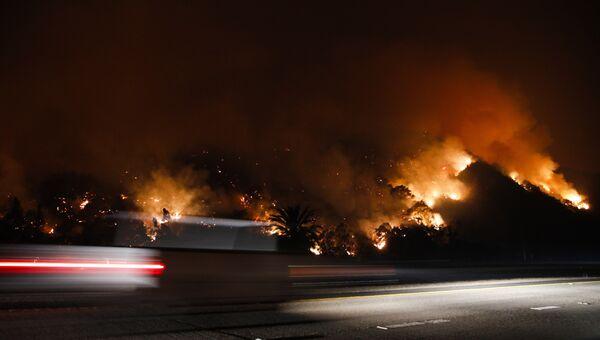 Пейзаж, охваченный огнем, на Шоссе 33 в Калифорнии, США.  5 декабря 2017