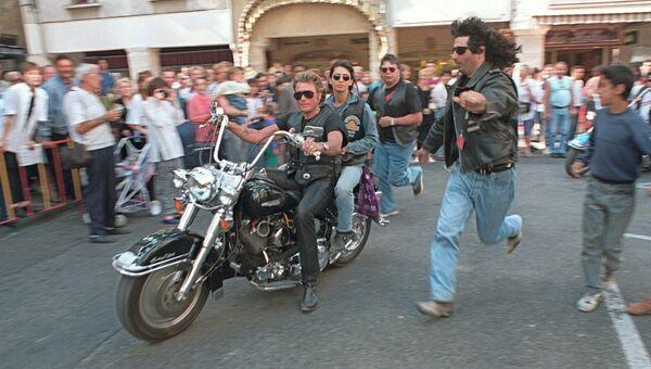 Французский рок-певец Джонни Холлидей с женой Аделиной Блондоу. 6 апреля 1994