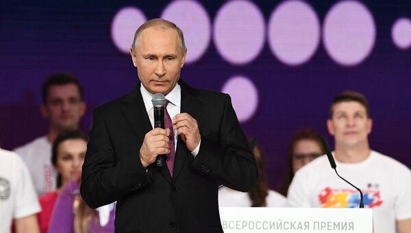 Президент РФ Владимир Путин на церемонии вручения премии Доброволец России - 2017 во дворце спорта Мегаспорт в Москве. 6 декабря 2017