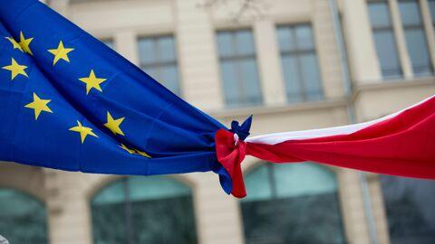 Связанные флаги Евросоюза и Польши