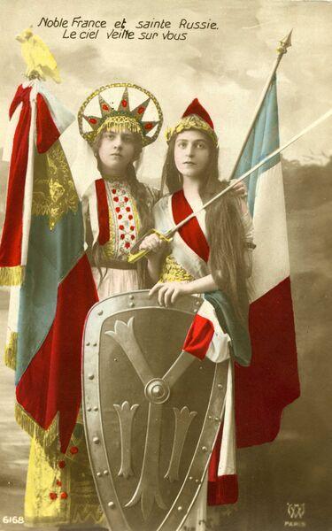 Маскарадные патриотические костюмы на тему Великой войны. Фотооткрытка. 1915 г.