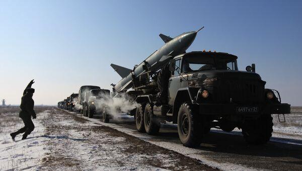 Колонна военной техники на марше. Архивное фото
