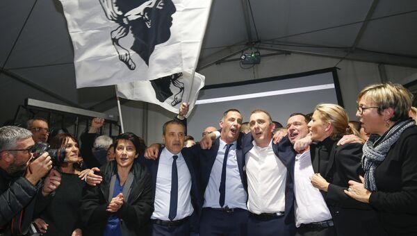 Кандидаты  от националистической партии Pe a Corsica и их сторонники после объявления результатов на территориальных выборах на острове Корсика. 10 декабря 2017