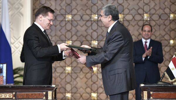 Генеральный директор Росатома Алексей Лихачев и министр электричества и возобновляемой энергии Египта Мухаммед Шакер на церемонии подписания документов в Каире. 11 декабря 2017