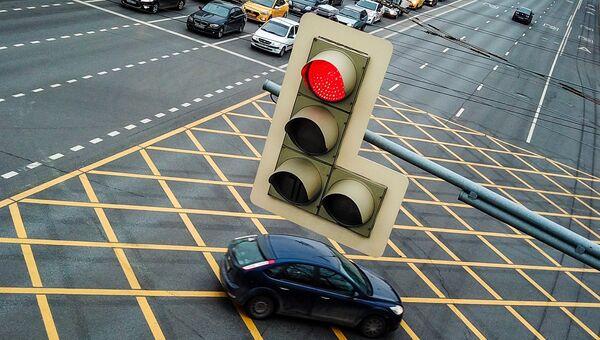Сетчатая дорожная разметка (вафельница) на перекрестке в Москве. Архивное фото