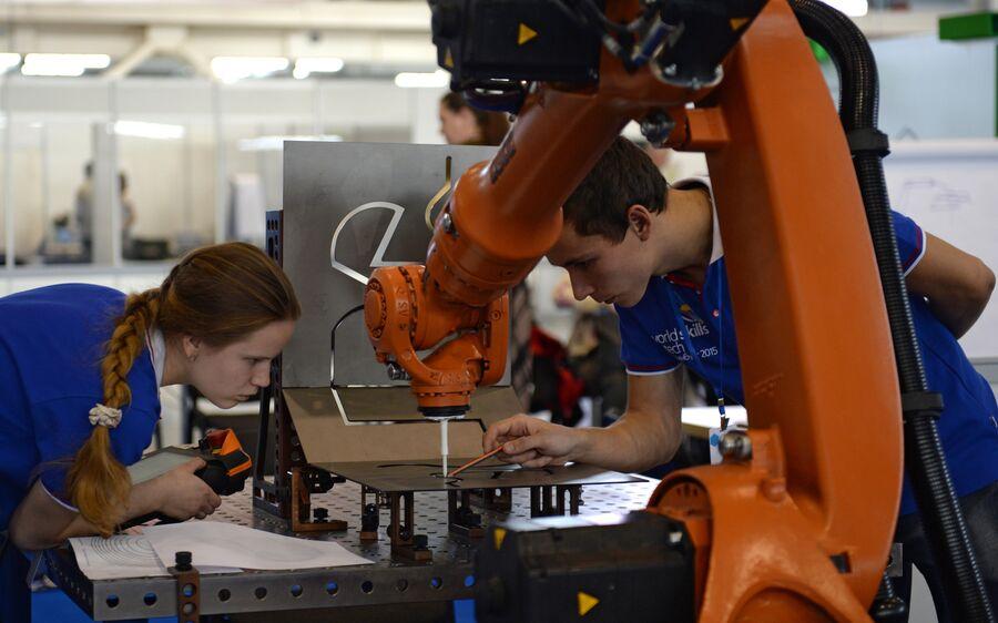 Участники II Национального чемпионата WorldSkills Hi-Tech, компетенция «Промышленная робототехника». Екатеринбург, 2015 г.