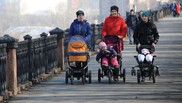 Женщины с детскими колясками во время прогулки на набережной. Архивное фото