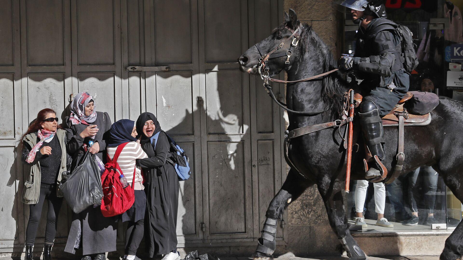 Израильский полицейский разгоняет палестинских протестующих в Восточном Иерусалиме. 9 декабря 2017 года - РИА Новости, 1920, 11.05.2021