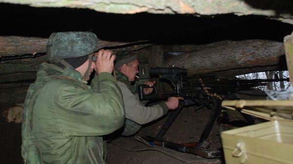 Бойцы ополчения ДНР на позиции у линии соприкосновения с украинскими силовиками в районе поселка Широкино. 15 декабря 2017