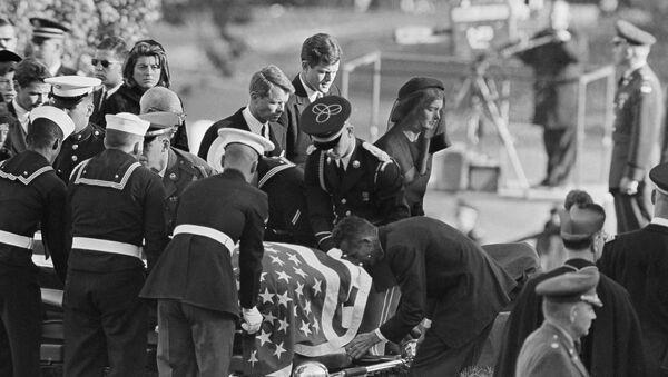 Жаклин Кеннеди у гроба с телом мужа, покойного президента Джона Ф. Кеннеди на Национальном кладбище Арлингтона, штат Вирджиния. 25 ноября 1963