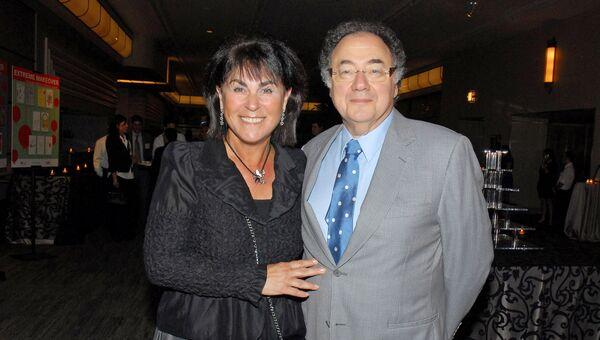 Хани и Барри Шерман, председатель и главный исполнительный директор Apotex Inc., на ежегодном собрании Еврейского союза в Торонто, Онтарио, Канада. 24 августа 2010
