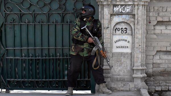 Сотрудник полиции у церкви в городе Кветта, Пакистан. 17 декабря 2017