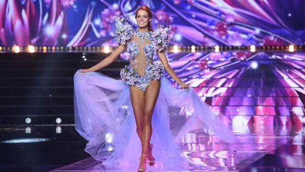Мисс Нор-Па-де-Кале Маёва Кук выступает во время конкурса Мисс Франция 2018 в Шатору, Франция. 16 декабря 2017 года