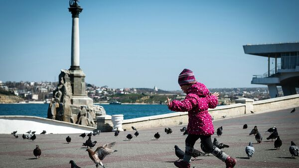 Ребенок на набережной в Севастополе. Архивное фото
