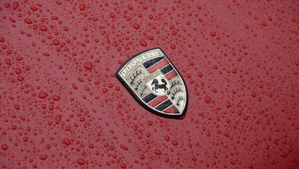 Значок немецкой автомобильной компании Porsche. Архивное фото
